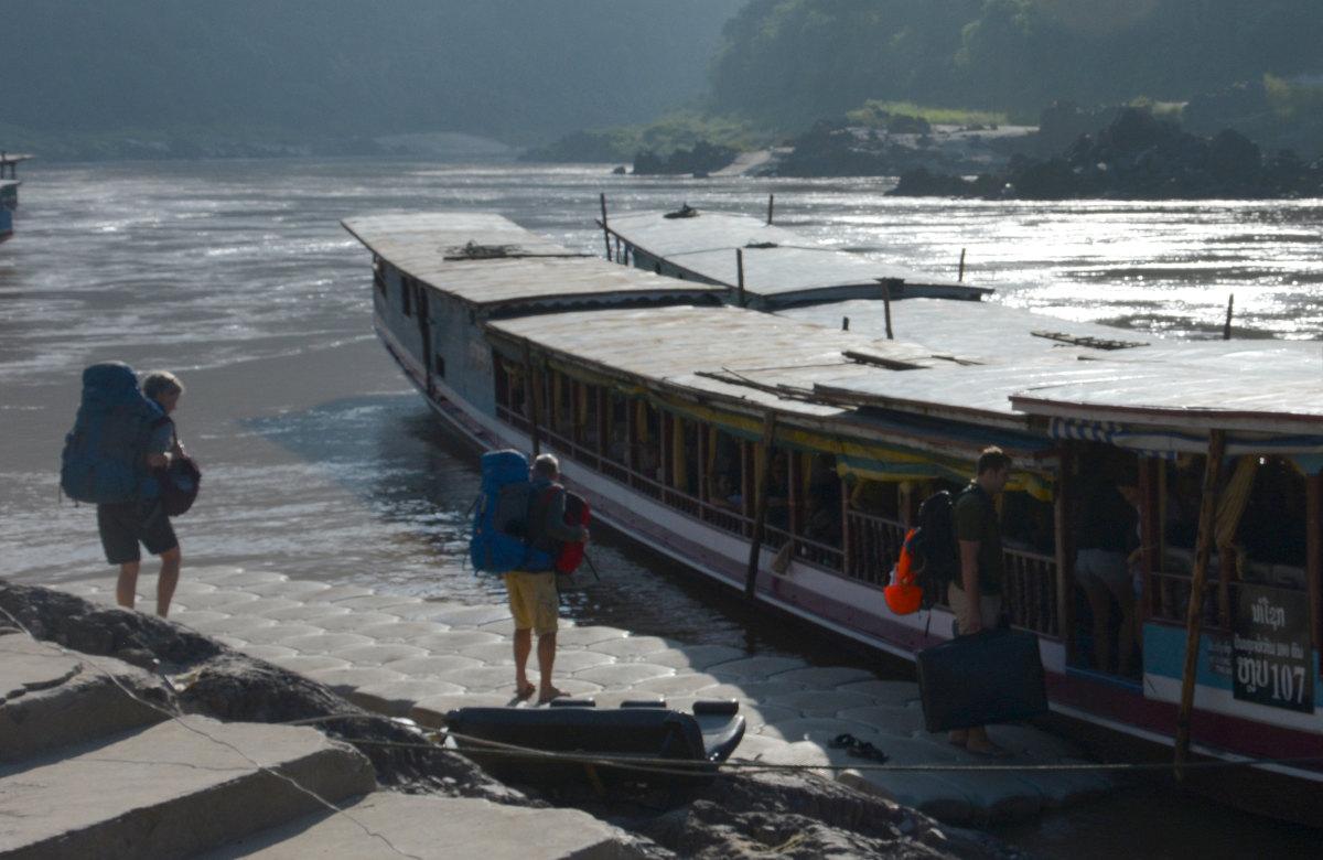 postpic anti Diebstahl Rucksack : Backpacker mit Rucksäcken am Flußboot in Pakbeng